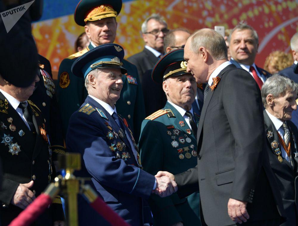 Władimir Putin z weteranami na defiladzie wojskowej z okazji 73 rocznicy Zwycięstwa w Wielkiej Wojnie Ojczyźnianej lat 1941-1945