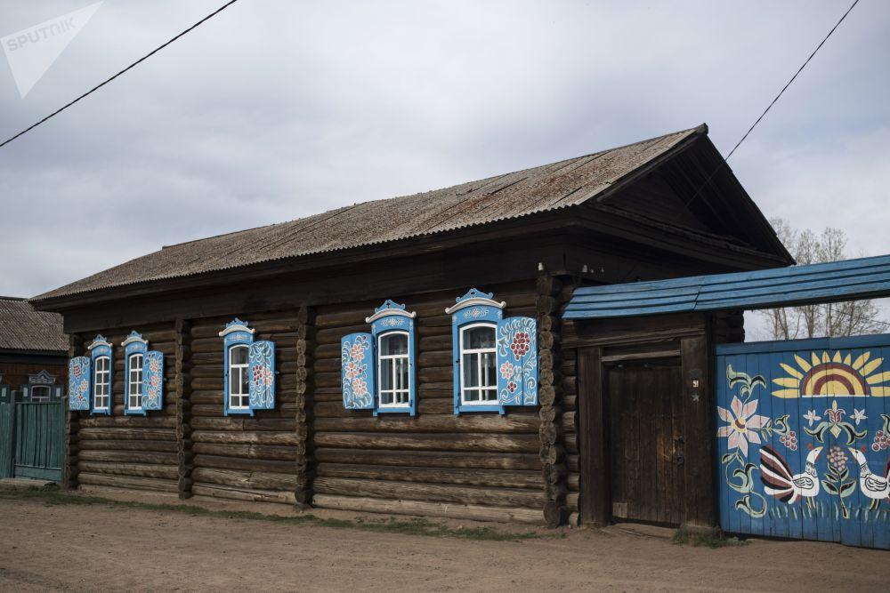 Drewniana chata w rodzinnej wiosce Tarbagataj w Buriacji