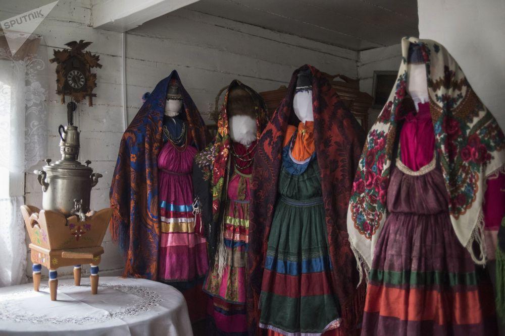"""Stroje narodowe kobiet w muzeum kultury materialnej staroobrzędowców Zabajkalia """"Elementy rodzinnej tradycji"""" w rodzinnej wsi Tarbagataj w Buriacji"""