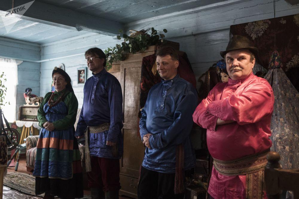 Mieszkańcy rodzinnej wioski staroobrzędowców Tarbagataj w Buriacji