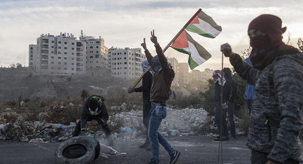 Protestujący podczas starć na granicy Palestyny i Izraela w pobliżu Ramallah