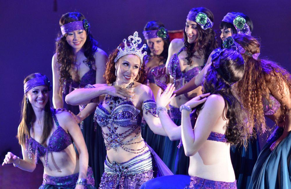 Występ zespołu tanecznego The Bellydance Evolution w Hollywood