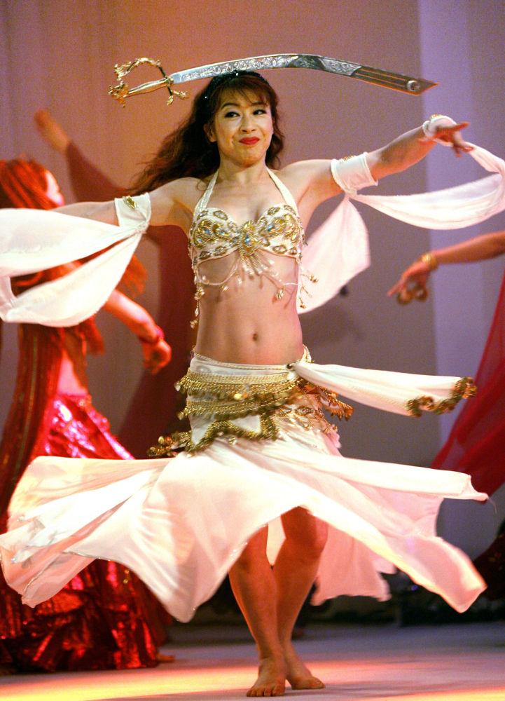 Instruktorka tańca brzucha Kayou Aoki podczas występu dla prasy w Tokio