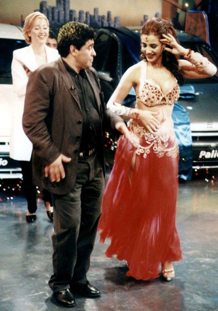 Argentyński piłkarz Diego Maradona podziwia taniec brzucha tureckiej tancerki