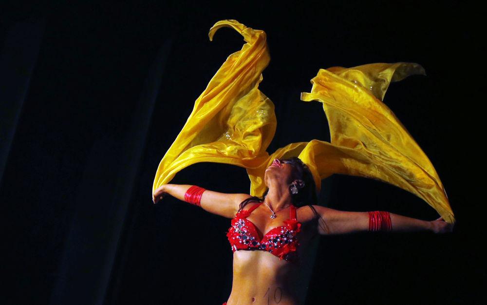 Występ tancerki Lia Lebenszky podczas konkursu Miss Belly-Dance w Budapeszcie