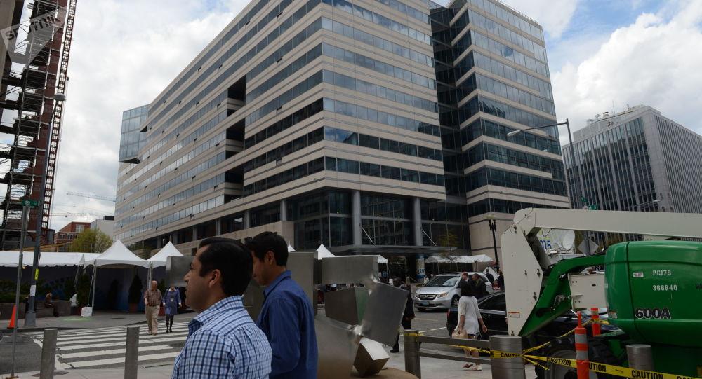Przed budynkiem Międzynarodowego Funduszu Walutowego w USA