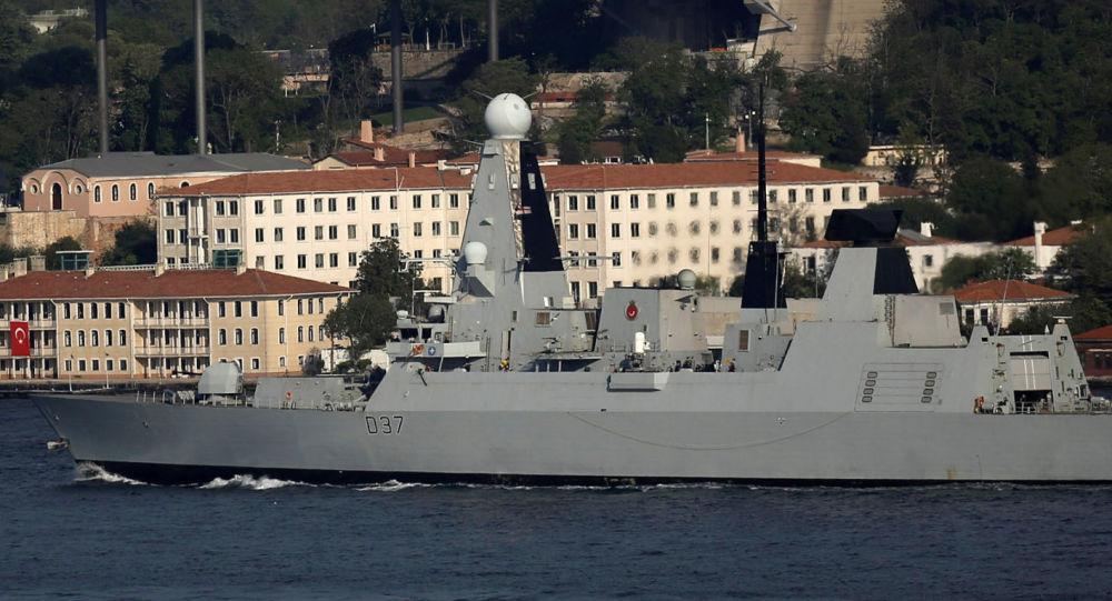 Okręt HMS Duncan w cieśninie Bosfor