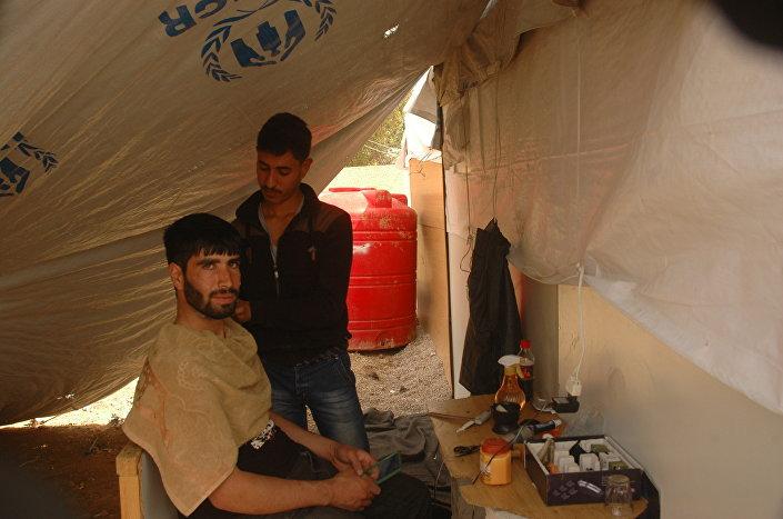 Abdel Rahman Hamid zarabia strzyżeniem i goleniem
