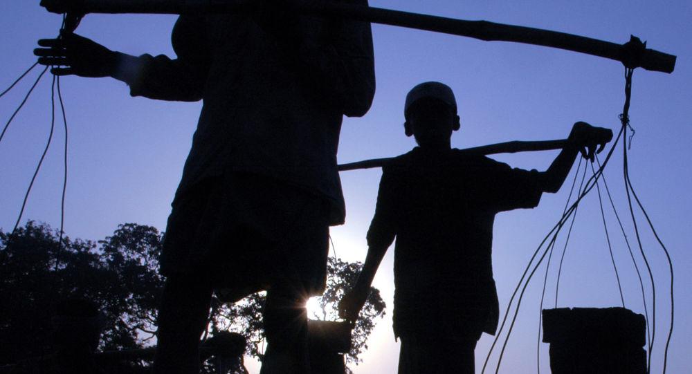 Chłopiec podczas pracy w cegielni w Indiach