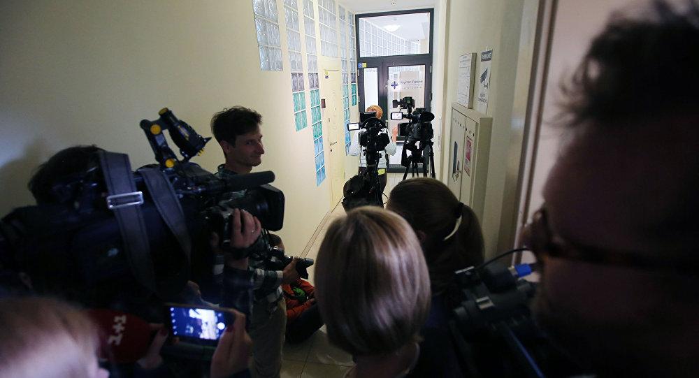 Dziennikarze przed biurem RIA Novosti Ukraina w Kijowie, gdzie SBU przeprowadza przeszukanie