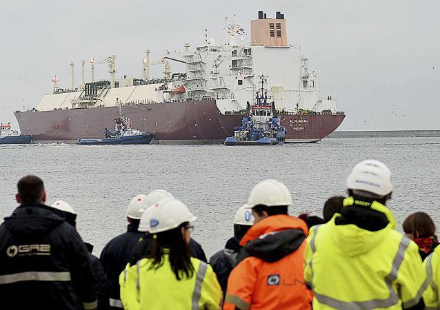 Statek z pierwszą partią skroplonego gazu ziemnego z USA