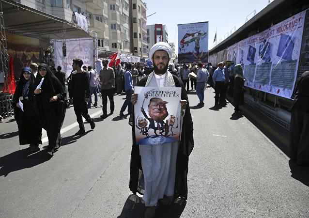 Muzułmanin z karykaturą Trumpa i Netanjahu