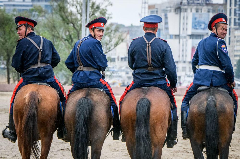 Dońscy Kozacy ćwiczą umiejętności jazdy konnej w Rostowie nad Donem
