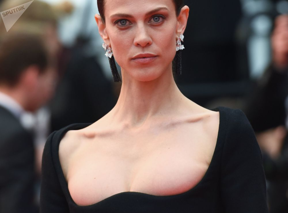 Francuska aktorka i modelka Emiline Valade na czerwonym dywanie podczas 71. Międzynarodowego Festiwalu w Cannes