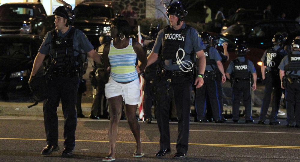 Aresztowanie uczestnika akcji protestacyjnej w Ferguson