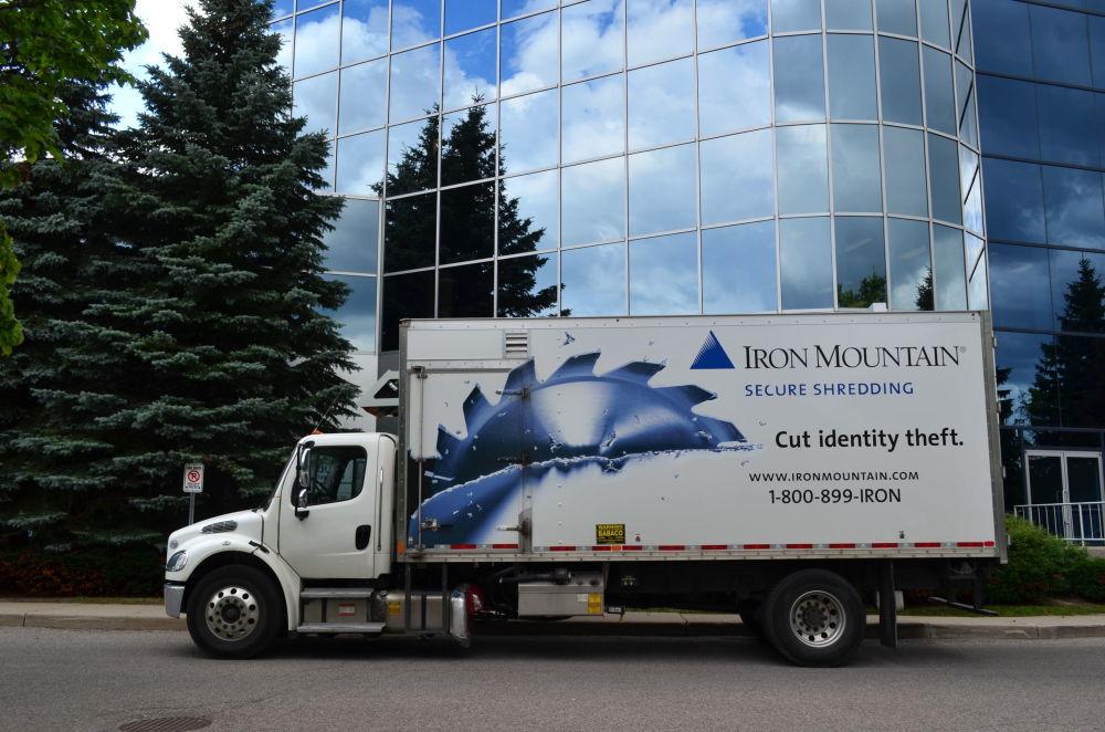 Ciężarówka z logo firmy Iron Mountain