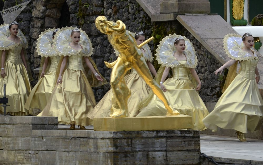 Wiosenny festiwal fontann w Peterhofie