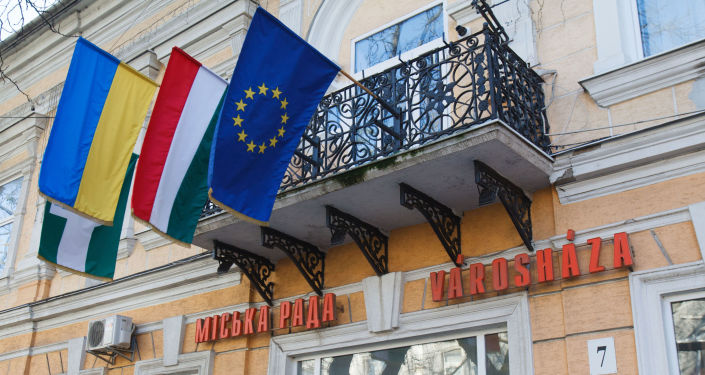 Flagi Węgier, Ukrainy i Unii Europejskiej w ukraińskim mieście Beregowo zamieszkiwanym przez zakarpackich Węgrów