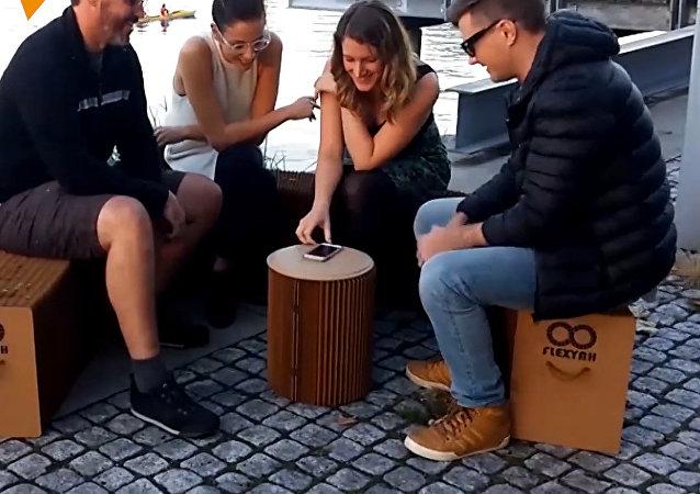 Meble, wykonane z przetworzonego kartonu