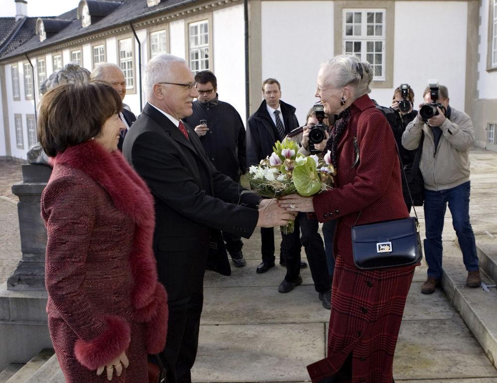 Prezydent Czech Vaclav Klaus z żoną wręczają kwiaty królowej Danii, 2006 rok