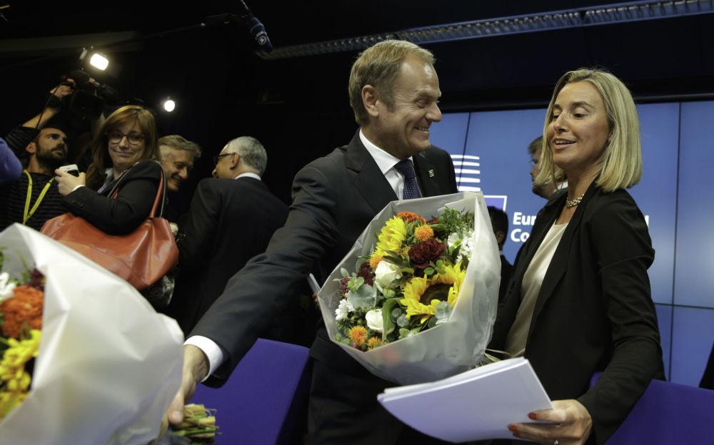 Donald Tusk wręczył kwiaty Federice Mogherini, Bruksela 2014 rok