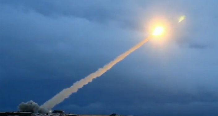 Demonstracja testu rosyjskiego pocisku manewrującego o nieograniczonym zasięgu z napędem atomowym podczas transmisji orędzia prezydenta Rosji Władimira Putina do Zgromadzenia Federalnego