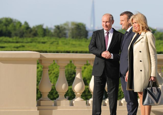 Prezydent Rosji Władimir Putin i prezydent Francji Emmanuel Macron z żoną Brigitte w czasie spotkania na marginesie forum w Petersburgu
