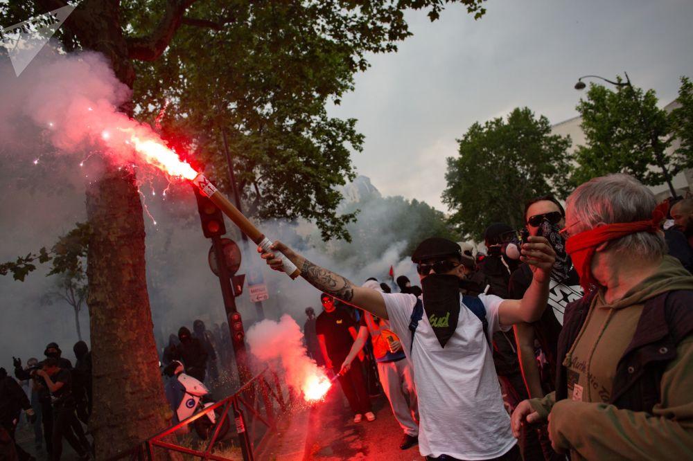 Uczestnicy demonstracji w Paryżu podczas ogólnokrajowego dnia protestu francuskich urzędników państwowych przeciwko reformom gospodarczym prezydenta Francji Emmanuela Macrona