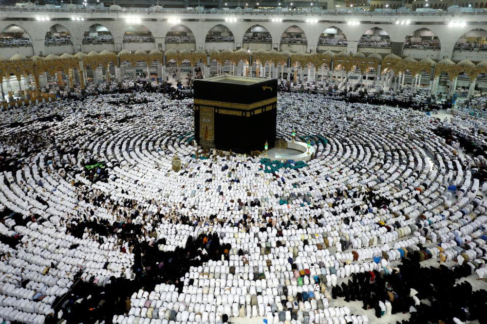 Muzułmanie modlą się i gromadzą wokół świętej Kaaby w meczecie Szejka Zaida podczas świętego miesiąca Ramadan w Mekce, Arabia Saudyjska
