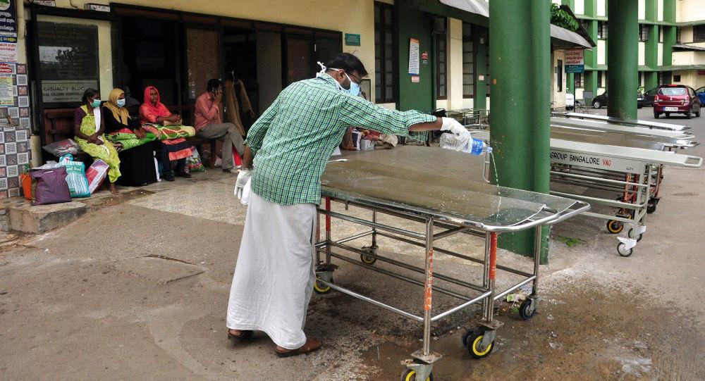 Czyszczenie łożek szpitalnych w Kozhikode, Indie