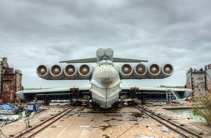 """Prototyp uderzeniowego ekranoplanu-bombowca """"Łuń"""""""