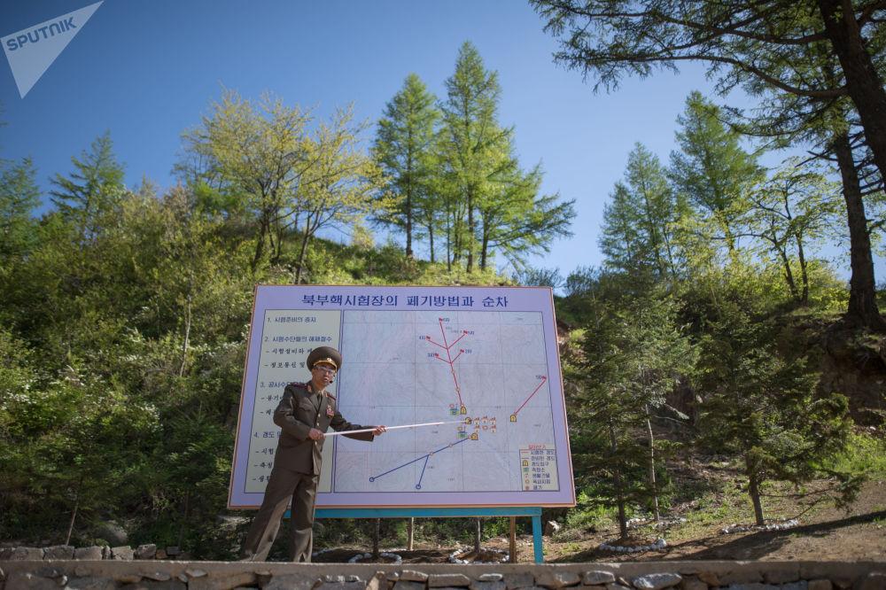Wojskowi podczas zamknięcia poligonu jądrowego Punggye-ri na północy KRLD