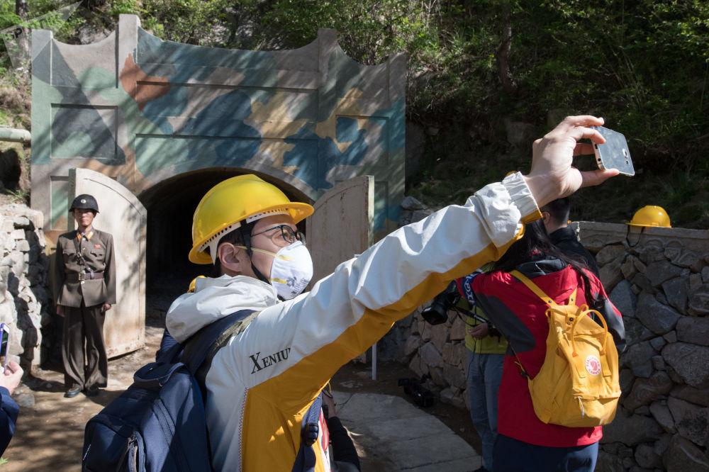 Dziennikarze z Korei Południowej przy wejściu do jednego z tuneli podczas zamknięcia poligonu jądrowego Punggye-ri na północy KRLD