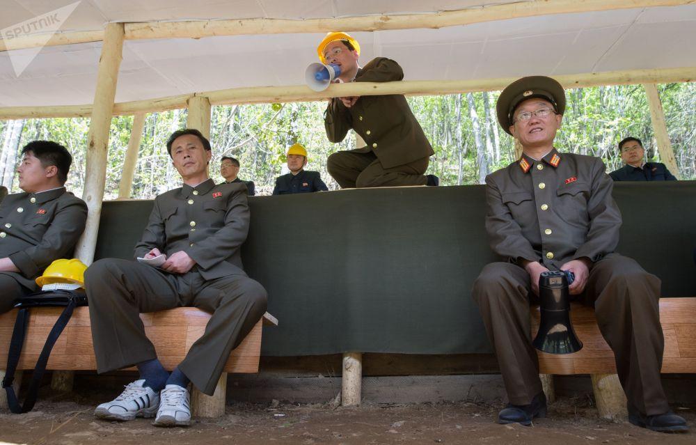 Oficerzy podczas wysadzania tuneli służących do testów na poligonie jądrowym Punggye-ri na północy KRLD