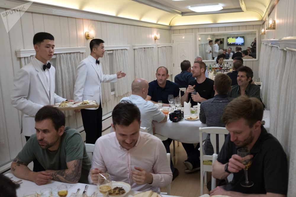 Dziennikarze w wagonie gastronomicznym w pociągu, którym wyruszylli na zamknięcie poligonu jądrowego Punggye-ri