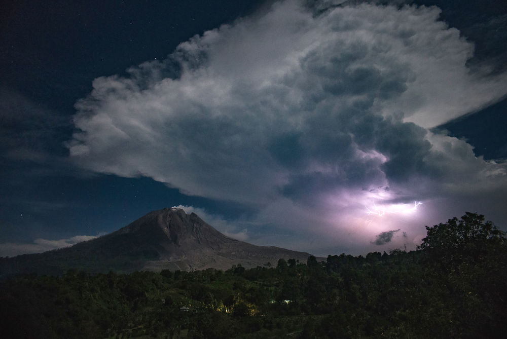 Błyskawice nad wulkanem Sinabung w Indonezji