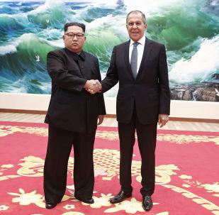 Minister Spraw Zagranicznych Federacji Rosyjskiej Siergiej Ławrow i lider Korei Północnej Kim Dzong Un na spotkaniu w Pjongjangu