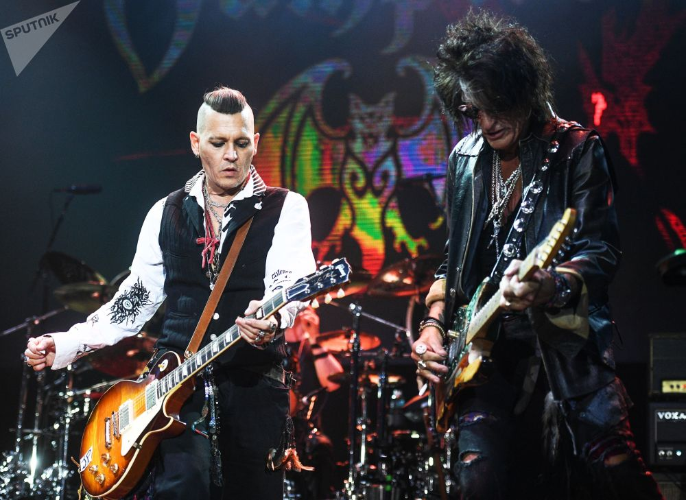Johny Depp i gitarzysta zespołu Aerosmith Joe Perry występują w Moskwie