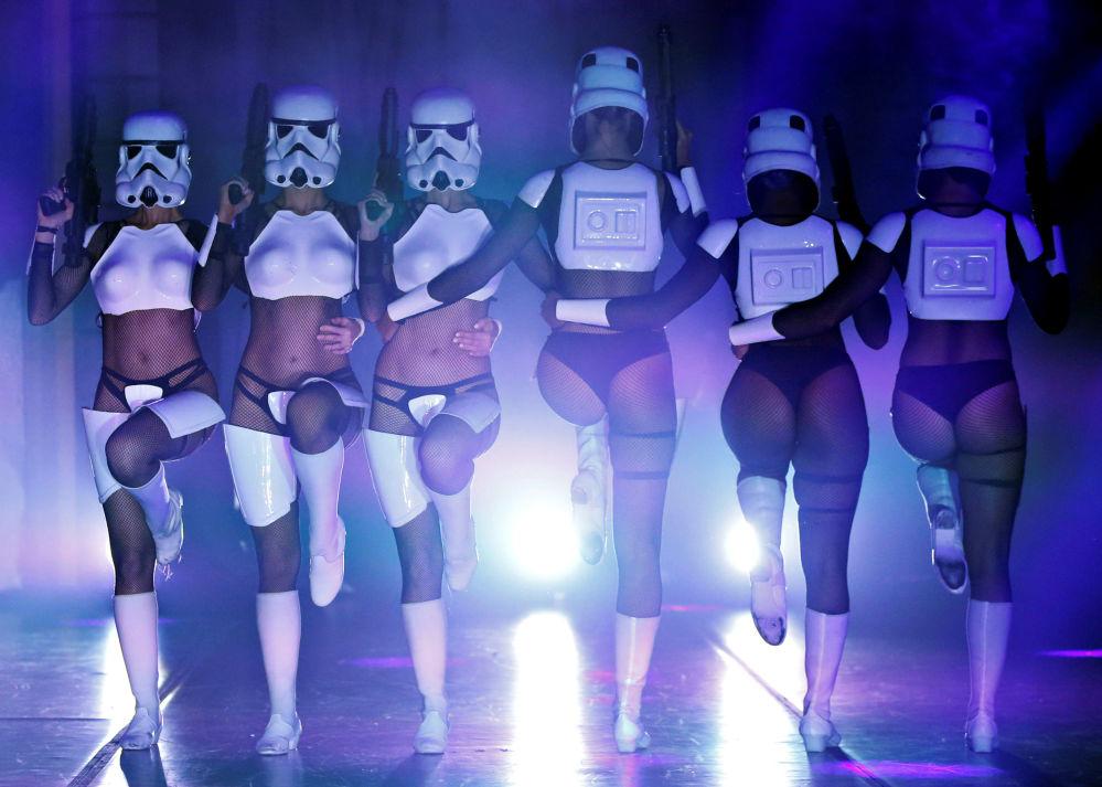 Tancerki podczas pokazu burleski w stylu Gwiezdnych wojen