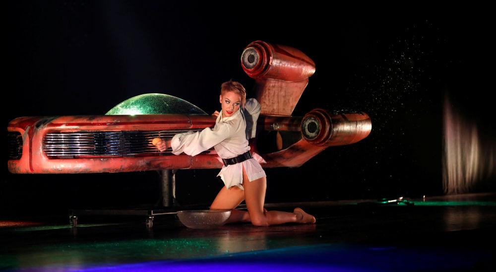 Tancerka burleski podczas pokazu w stylu Gwiezdnych wojen