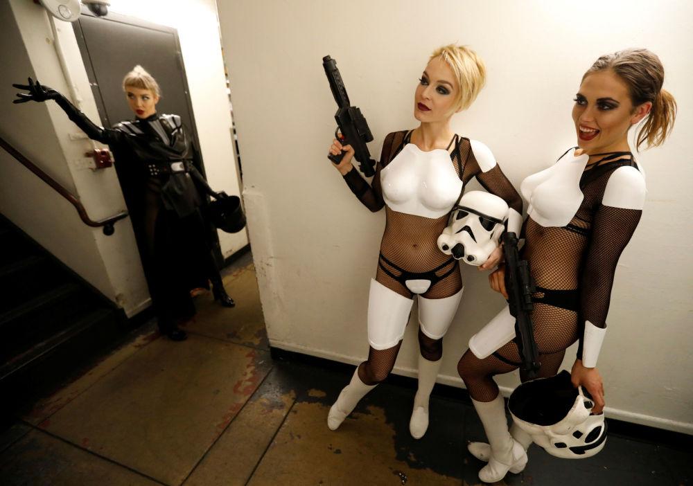 Tancerki za kulisami pokazu burleski w stylu Gwiezdnych wojen