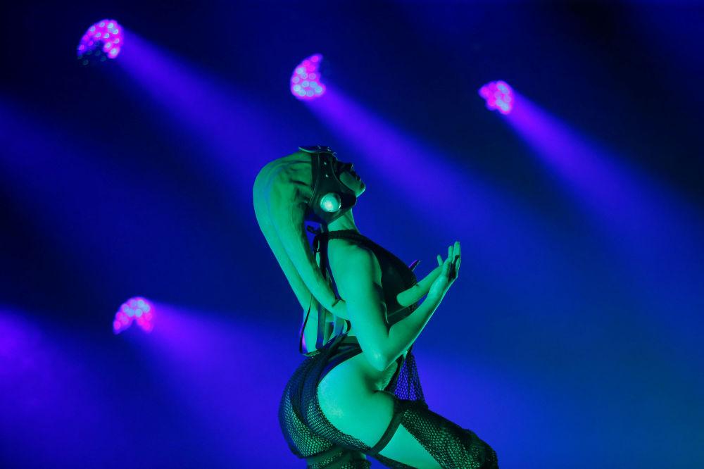 Tancerka podczas pokazu burleski w stylu Gwiezdnych wojen