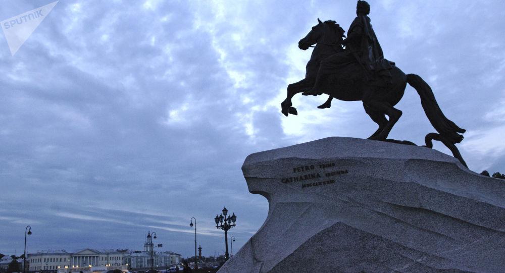"""""""Brązowy jeździec"""" na Placu Senackim w Petersburgu"""