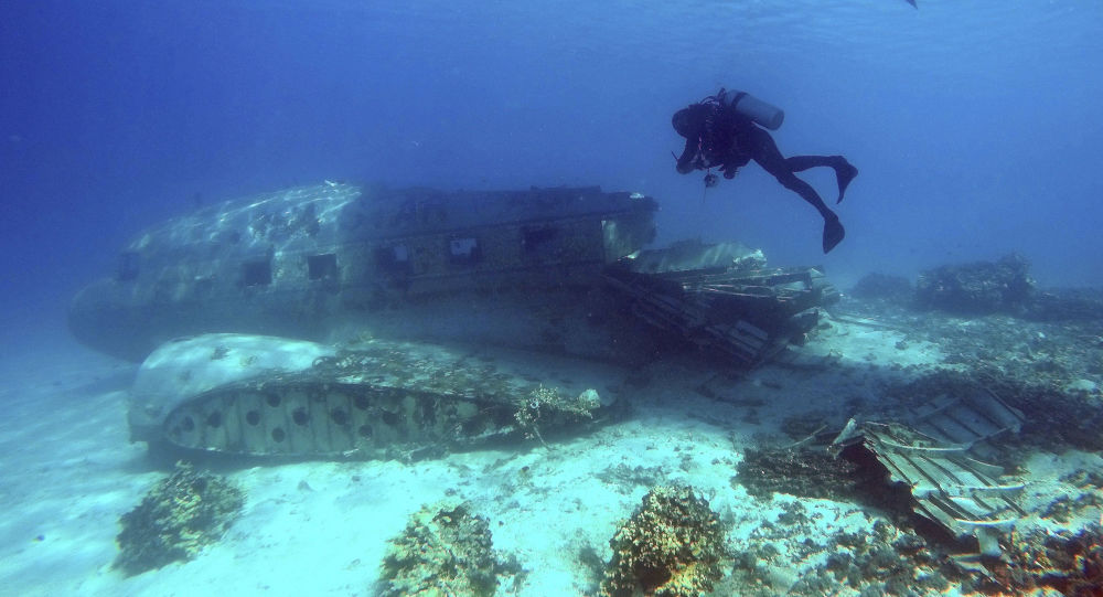 Płetwonurek obok szczątków amerykańskich samolotów z okresu II wojny światowej przy wyspach Marshalla