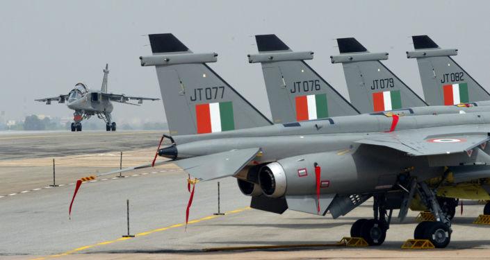 Bombowce myśliwskie Jaguar na lotnisku Hindustan Aeronautics Limited w Bangalore w Indiach