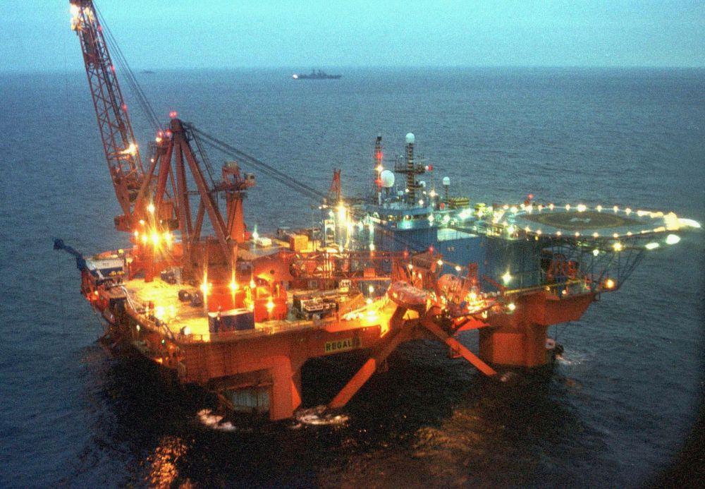 Statek-platforma Regaliapodczas operacji ratowniczej atomowego okrętu podwodnego Kursk