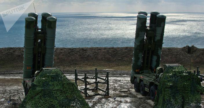 Przeciwlotniczy system rakietowy S-400 Triumf pułku obrony przeciwlotniczej w Teodozji, Krym. Zdjęcie archiwalne