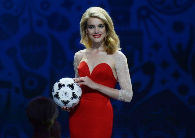 Top modelka Natalia Wodianowa z oficjalną piłką MŚ 2018