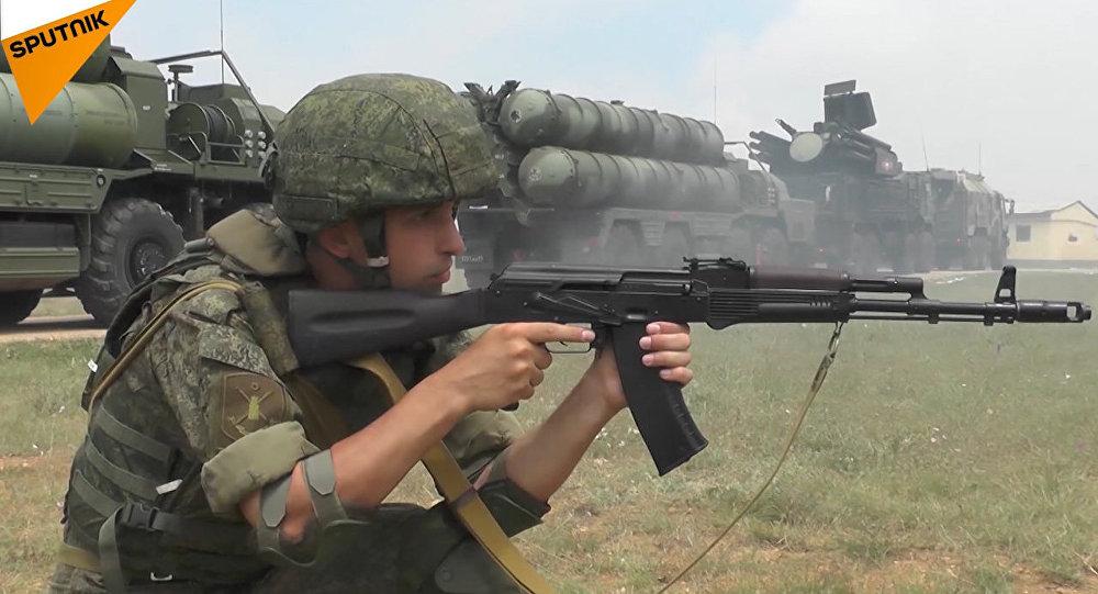 Przeciwlotnicze systemy rakietowe S-400 Triumf i Pancyr na ćwiczeniach na Krymie