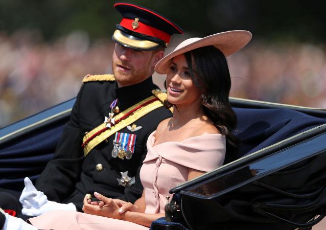 Zgodnie z królewskimi tradycjami kobiety nie powinny odsłaniać ramion i eksponować ciała